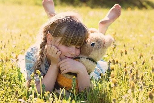 Само от скъпи играчки или от родителско внимание се нуждае малкото Ви момиченце?